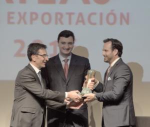 Miguel Borrás, director general de DHL España (a la izquierda), entrega el gran premio a la exportación a Daniel Jiménez, vicepresidente de Geci. ALN / Malala Sansur