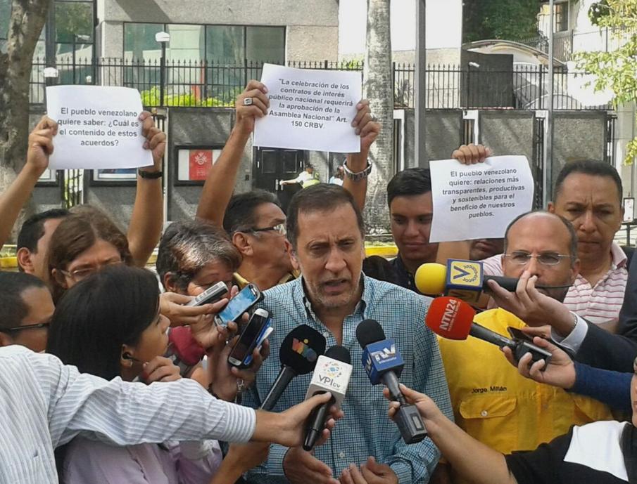 """Guerra asegura que """"el gobierno quiere que la CAF le preste dinero para pagar la deuda que ya tiene con ella"""" / Twitter: @JoseAGuerra"""