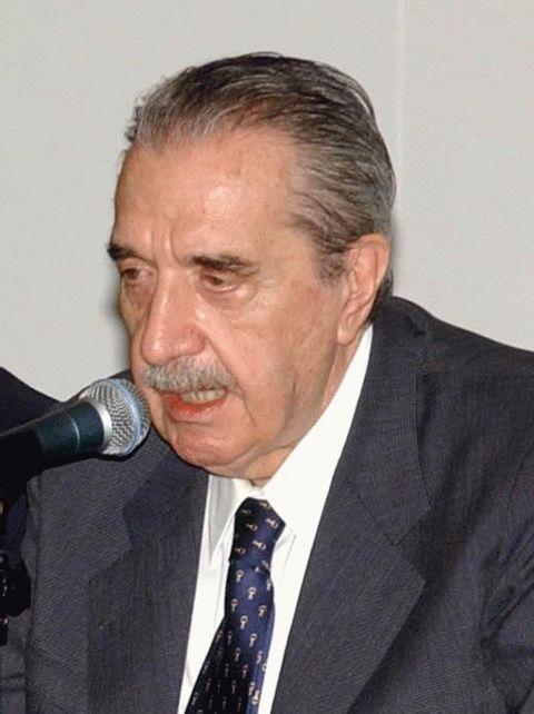 A Macri le toca hacer en economía lo que Raúl Alfonsín hizo por la reconstrucción institucional / Wikipedia