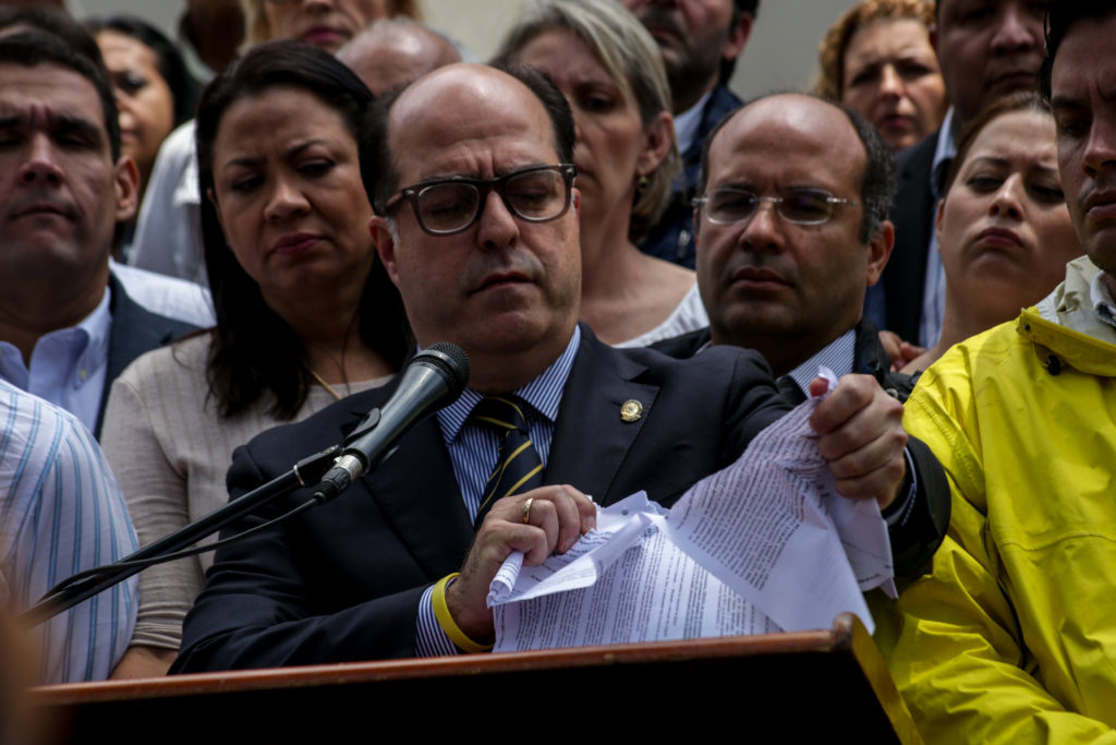 El presidente de la Asamblea Nacional,Julio Borges, rompió la sentencia del TSJ / EFE: Cristian Hernández