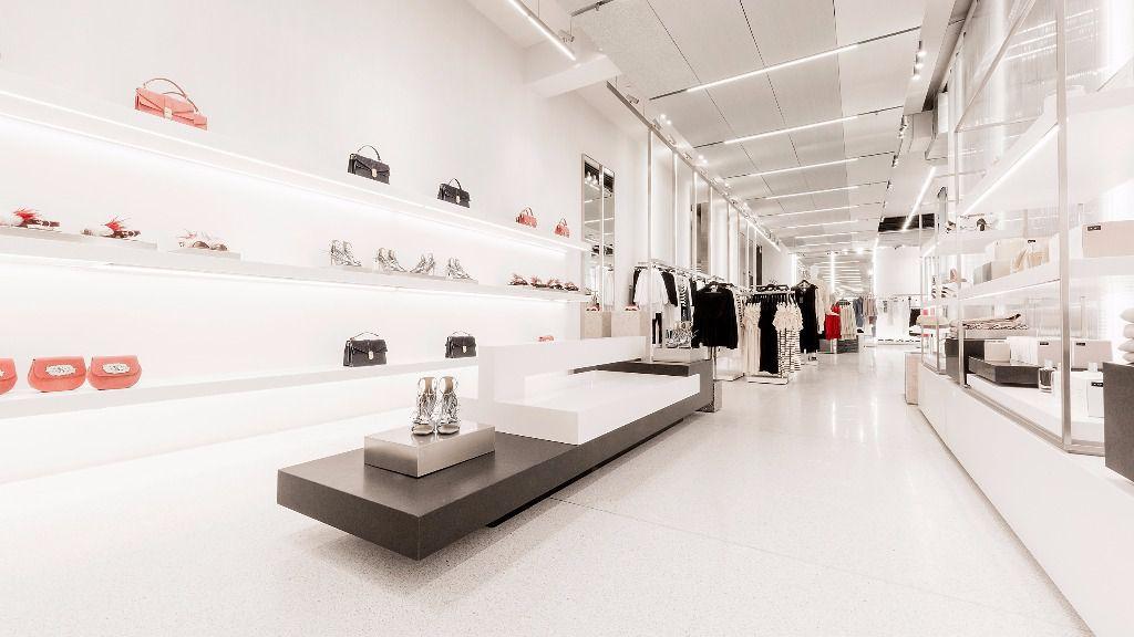 Cristal, acabados metalizados y mucho blanco. Así es el Zara más grande del mundo / Foto: Inditex