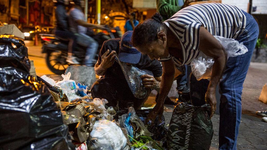 En Venezuela es común ver gente comiendo de la basura /EFE: Miguel Gutiérrez