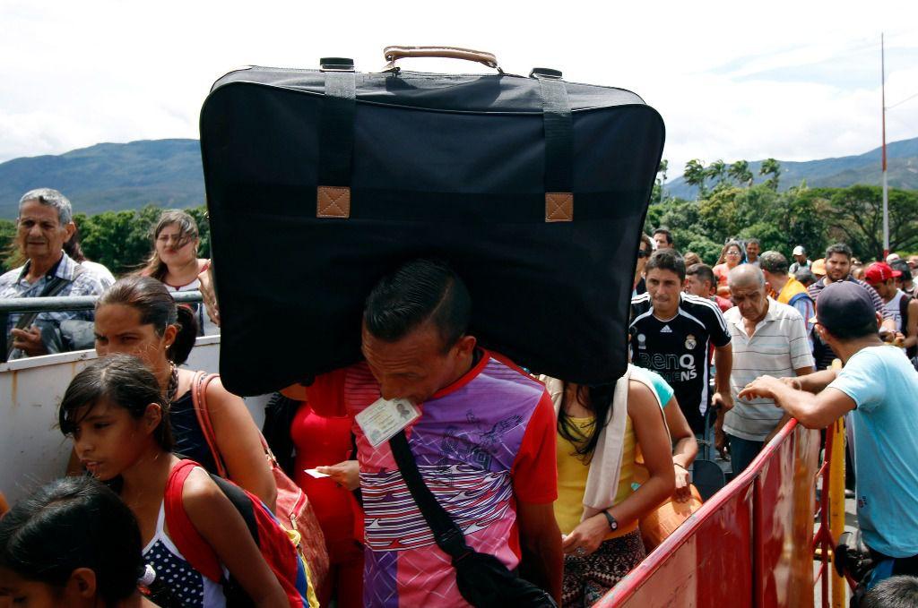 Una enorme fila de personas ansiosas cruzan la frontera entre Colombia y Venezuela / EFE: Schneyder Mendoza