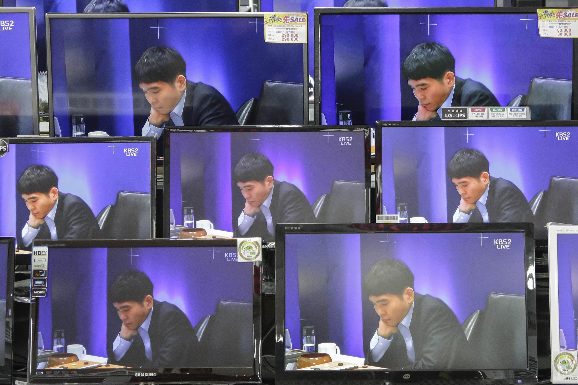 El campeón del mundo de Go se mide a la máquina creada por Google / EFE: Seung Il Ryu