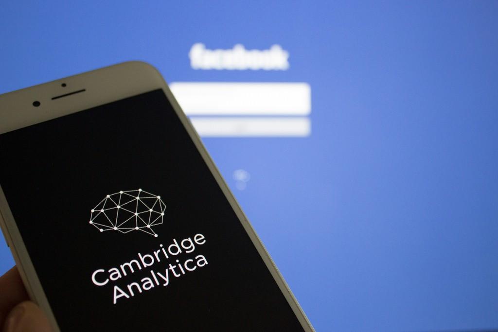 Cambridge Analytica se apropió de 87 millones de perfiles de usuarios / Flickr: Book Catalog