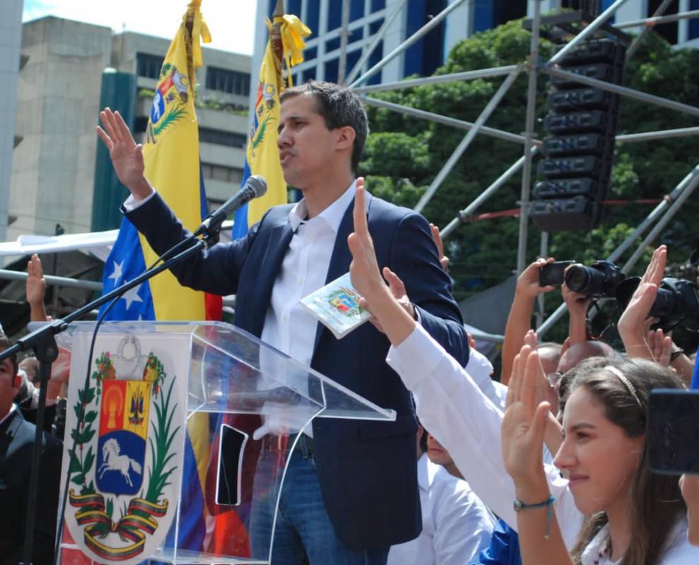 Pasaron 24 horas entre la jura de Guaidó y el mensaje de la FANB / Foto: @juanguaido
