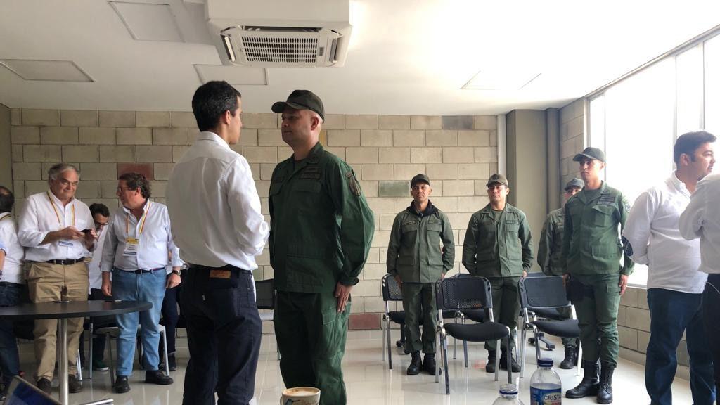 Algunos militares ya se ponen del lado de Guaidó / Foto: Captura Twitter @jguaido