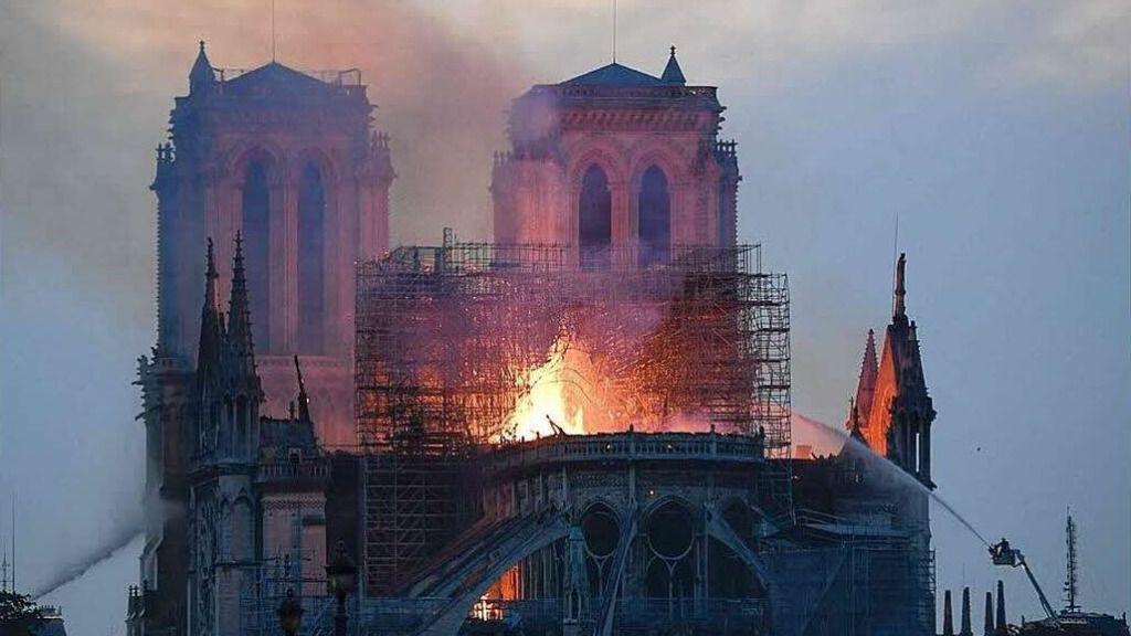 Notre Drame sufrió un grave incendio / Twitter: @fond_patrimoine