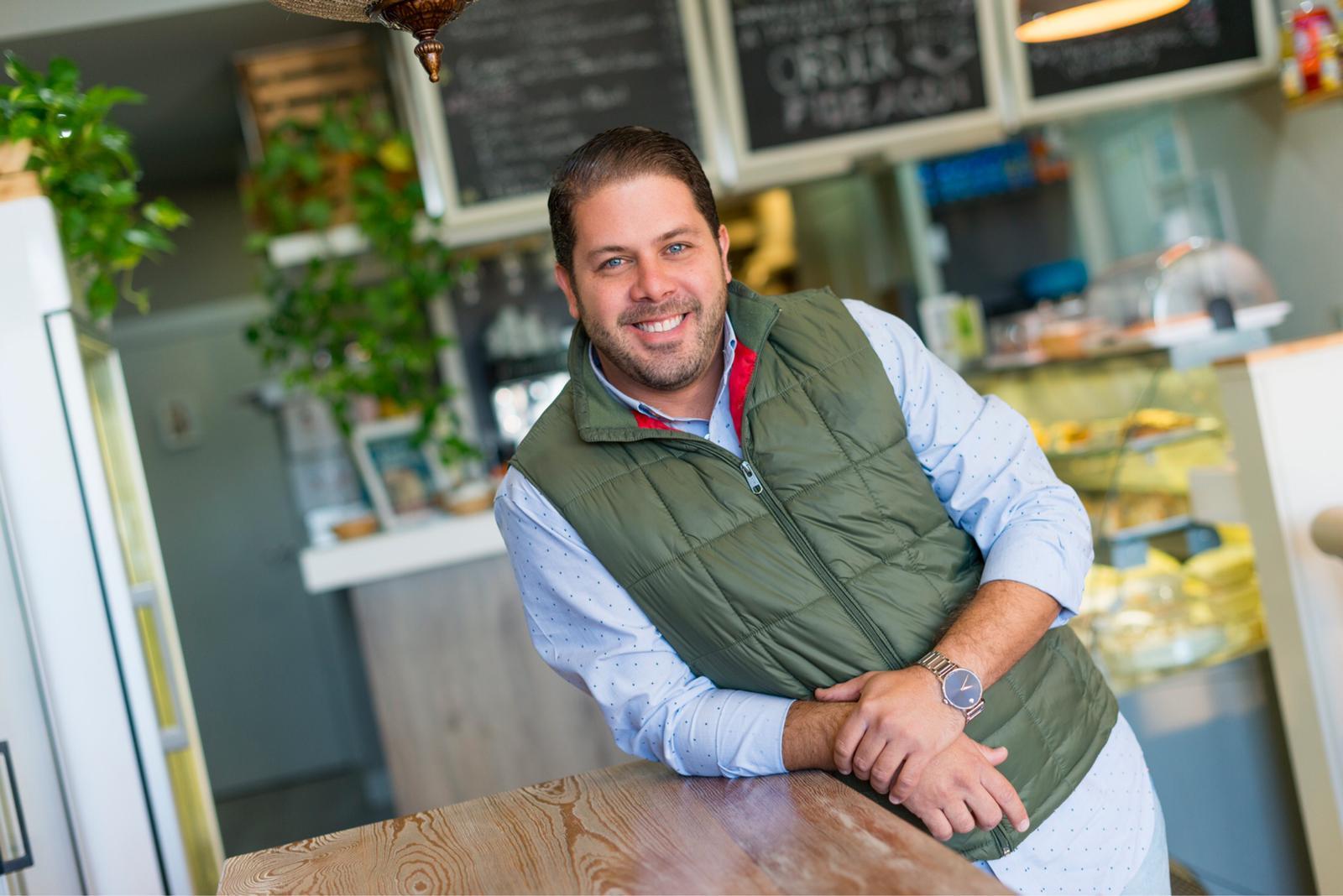 Fernando Rodríguez ha sido el primer empresario en introducir comida venezolana en Carrefour / Foto: Antojos Araguaney.