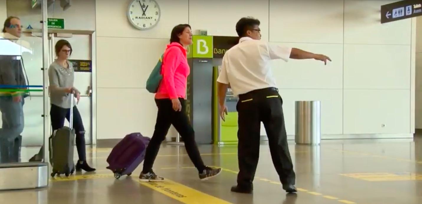 La policía española da vía libre de entrada a los venezolanos en el aeropuerto de Barajas, en Madrid. / Foto: Policía Nacional de España.