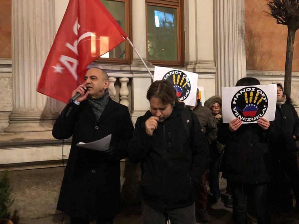 La embajada chavista en Austria cobra en efectivo y sin factura por los pasaportes. En la imagen, el embajador de Maduro Jesse Chacón en una manifestación chavista en Viena. / Foto: Embajada de Venezuela en Austria.