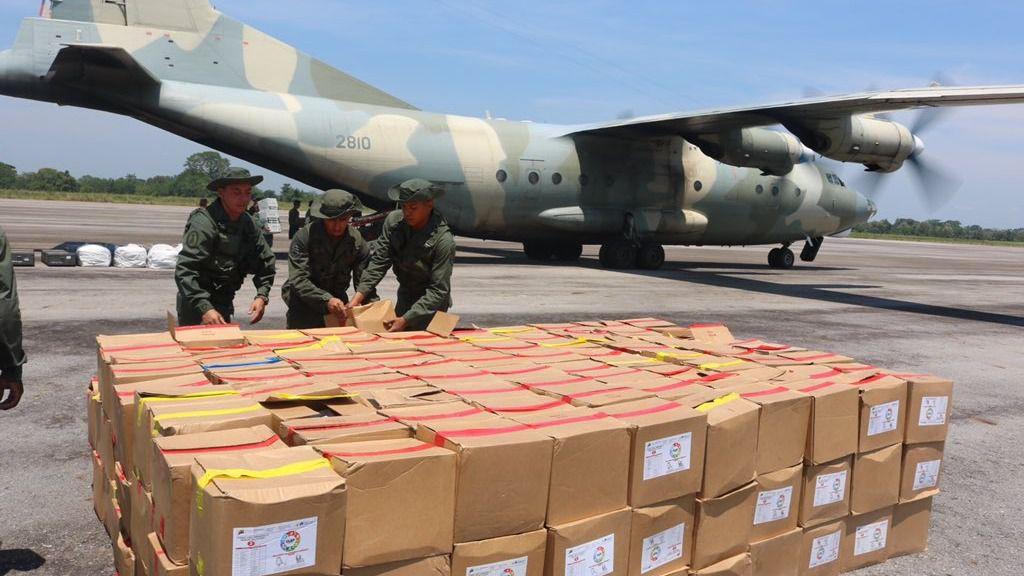 Militares venezolanos ordenan cajas CLAP antes del ejercicio en la frontera /Foto: CEOFAN