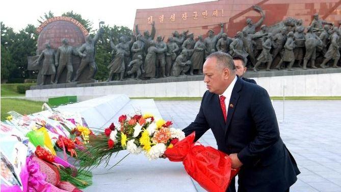 Diosdado Cabello entregó flores a los dictadores muertos de Corea del Norte / Foto: KPCN