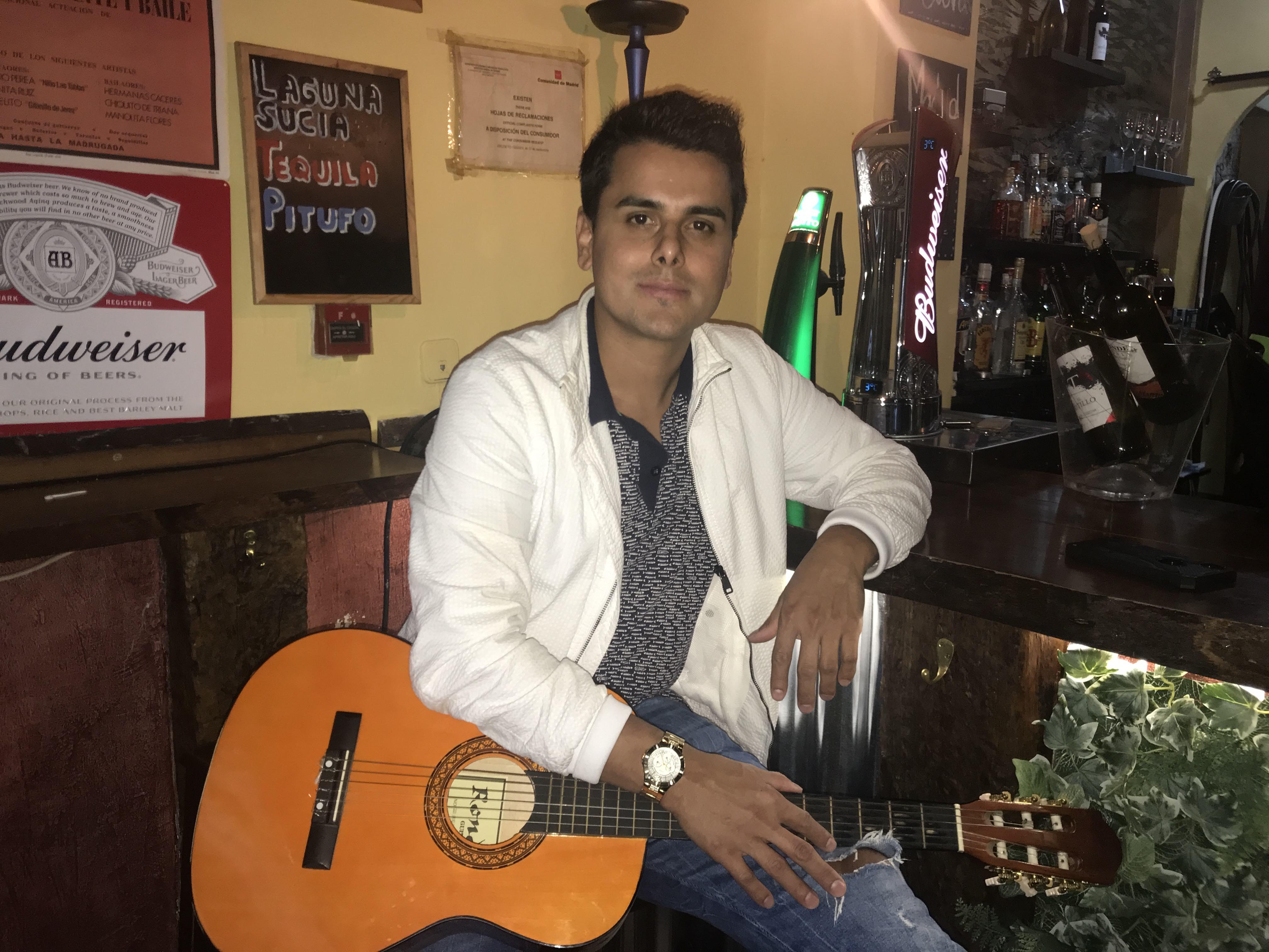 """El ex cantante de Salserín Alex Quendo, regenta el popular bar """"La Cueva"""" de Madrid. / Foto: David Placer"""