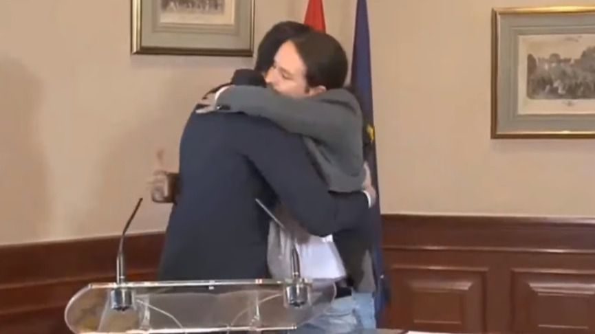 Pedro Sánchez y Pablo Iglesias se fundieron en un abrazo al finalizar la rueda de prensa / Foto: Captura YouTube