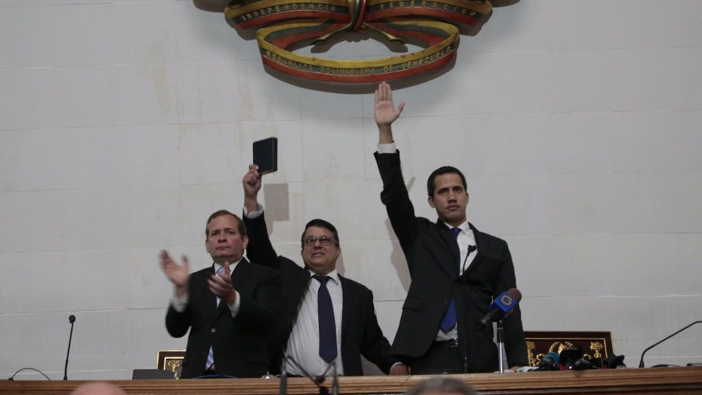 Maduro quiere llevarse a Guaidó fuera de la Constitución / Foto: AN