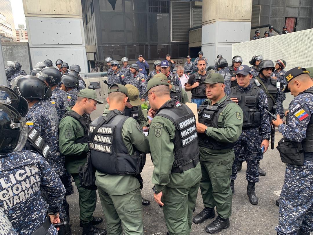 """""""Las fuerzas de seguridad impidieron a muchos legisladores ingresar a la Asamblea"""" / Foto: AN"""