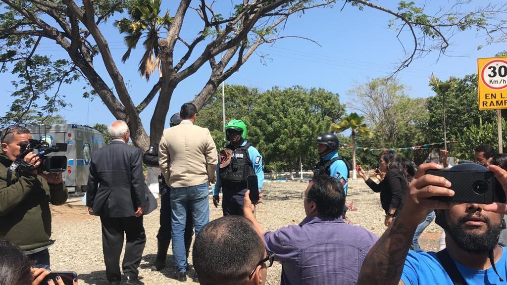 La Policía Nacional Bolivariana intentó obstaculizar el paso de los diputados / Foto: AN