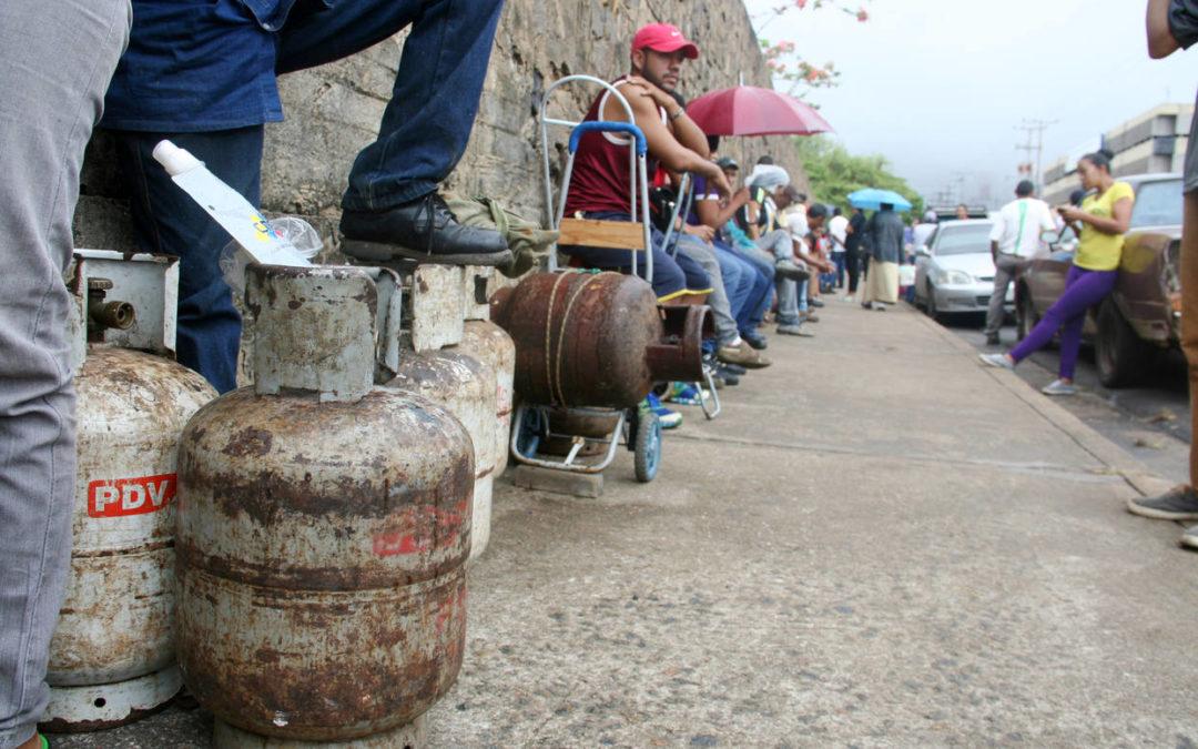 La gente busca con desespero el gas que Maduro no puede suministrar / Foto: @hcapriles