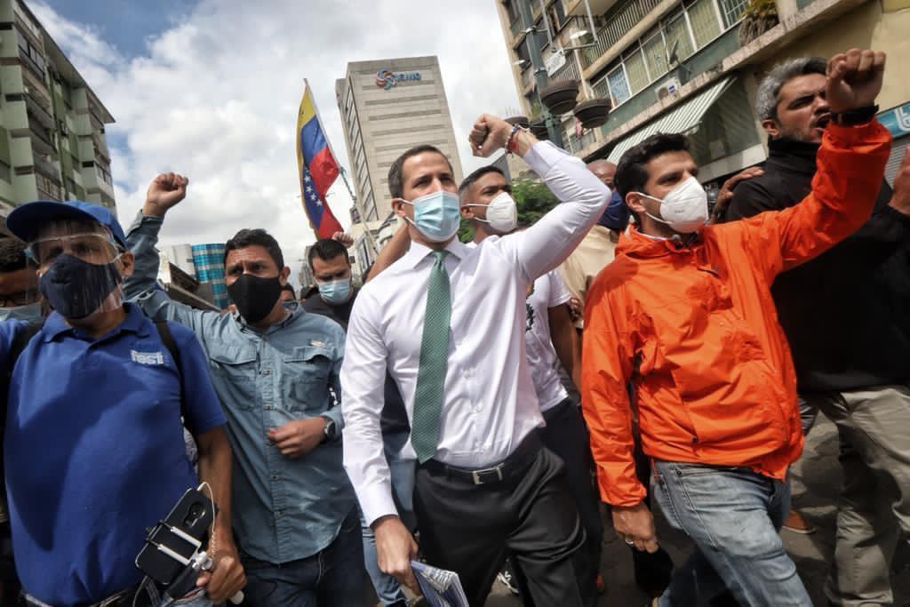 Guaidó ha encabezado discretas caminatas para promover la consulta popular / Foto: @jguaido