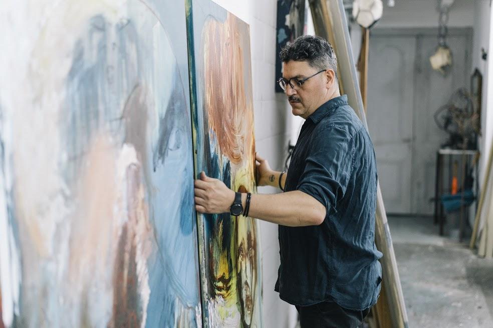 Al pintar, Miguel Balliache se conecta con la tierra de sus antepasados / Foto: Cortesía