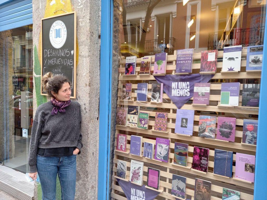 Sofía Valbuena es la encargada de la librería-café de Madrid / Foto: Muna Hossain