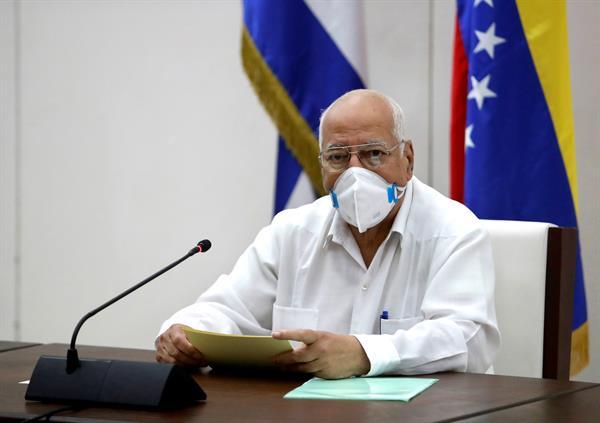 El viceprimer ministro de Cuba, Ricardo Cabrisas, participa en la firma de un convenio con Venezuela en La Habana