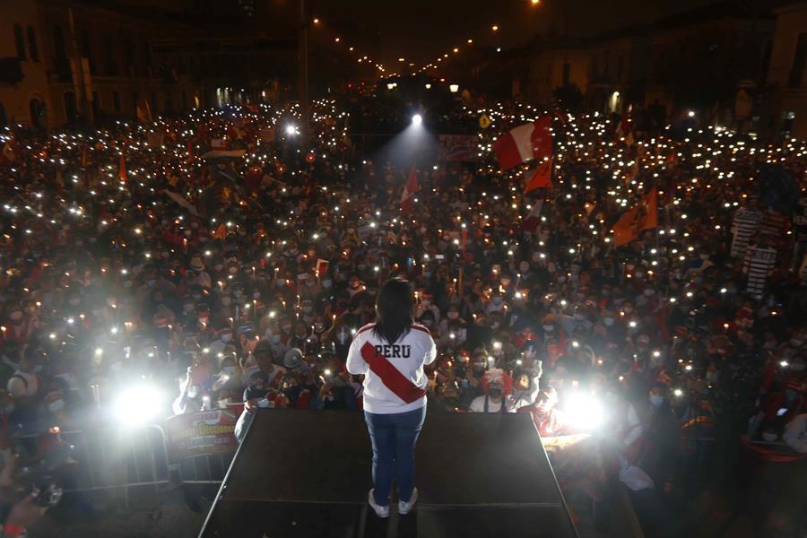 """La derechista Keiko Fujimori participa en una manifestación en Lima (Perú). Por segunda semana consecutiva dos marchas paralelas exhiben la profunda división del Perú entre quienes denuncian, sin pruebas, que hubo """"fraude"""" en las elecciones del pasado día 6 y los que ven un """"golpe de Estado"""" en las maniobras de la candidata Keiko Fujimori para revertir sus resultados."""