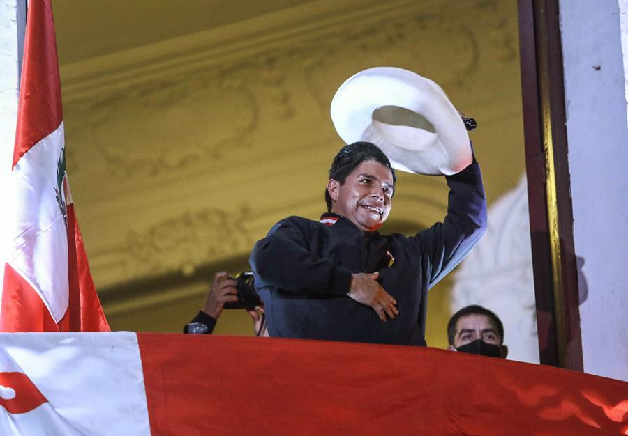 Castillo lidera el conteo de votos, pero Fujimori quiere impugnar actas.