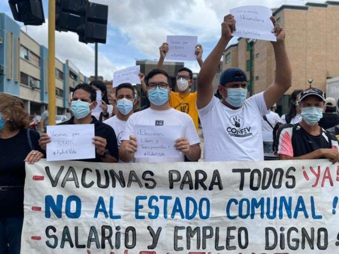 Pese a las restricciones por la covid-19, cientos de estudiantes protestaron en Caracas.