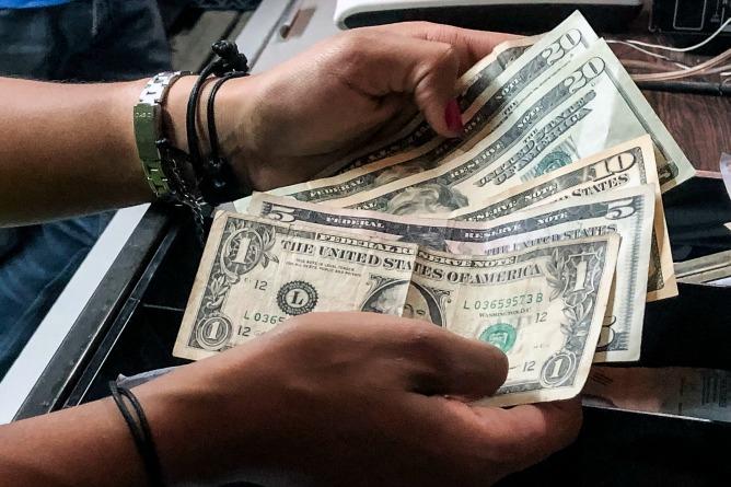 El dólar gana cada vez más terreno en Venezuela.