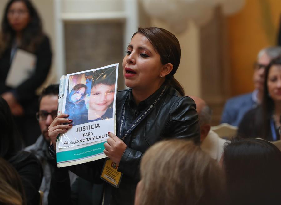 Los familiares de las víctimas de feminicidios asisten a un acto sobre la Lucha contra el Feminicidio y el Infanticidio en La Paz, Bolivia.