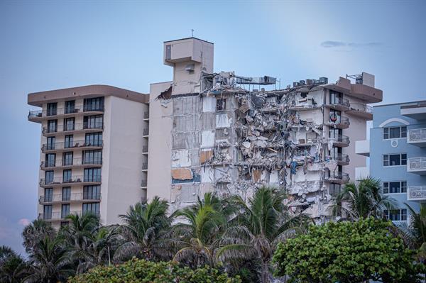 Parte del edificio residencial de 12 plantas y 40 años de antigüedad que se desplomó en una calle principal de Miami Beach. Foto EFE