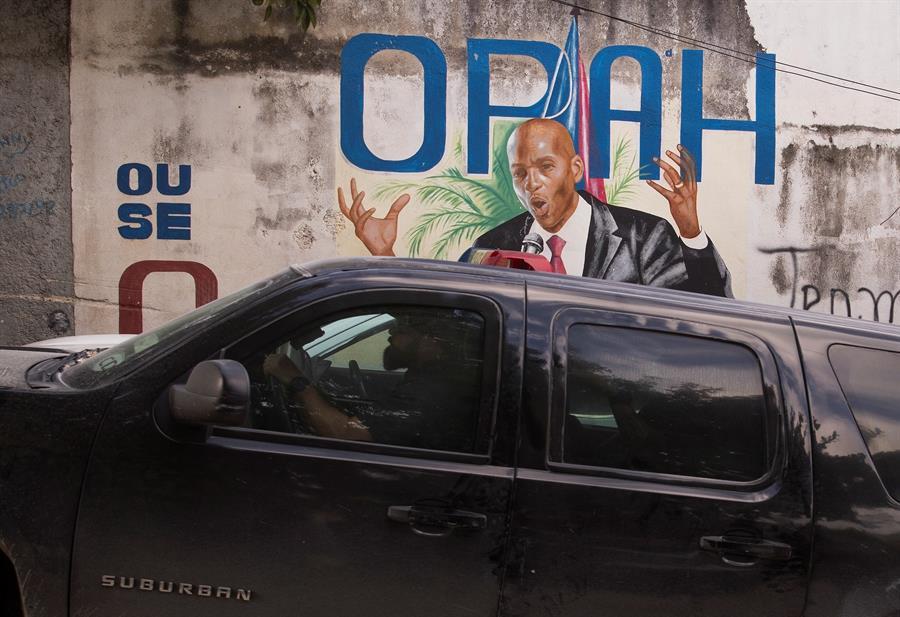 Agentes del FBI se retiran tras realizar pesquisas en la residencia donde fue asesinado el expresidente haitiano Jovenel Moise, en Puerto Príncipe (Haití).