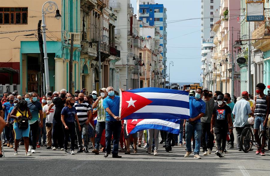 Un grupo de personas fue registrado el pasado domingo, al protestar frente al capitolio cubano, en La Habana (Cuba).