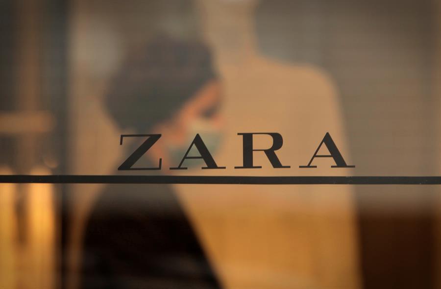 Una trabajadora de la emblemática tienda de Zara en la calle Juan Flórez de A Coruña, la primera abierta por el fundador de Inditex, Amancio Ortega.