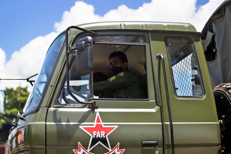 Un hombre conduce un camión militar en San Antonio de los Baños, al suroeste de La Habana (Cuba).