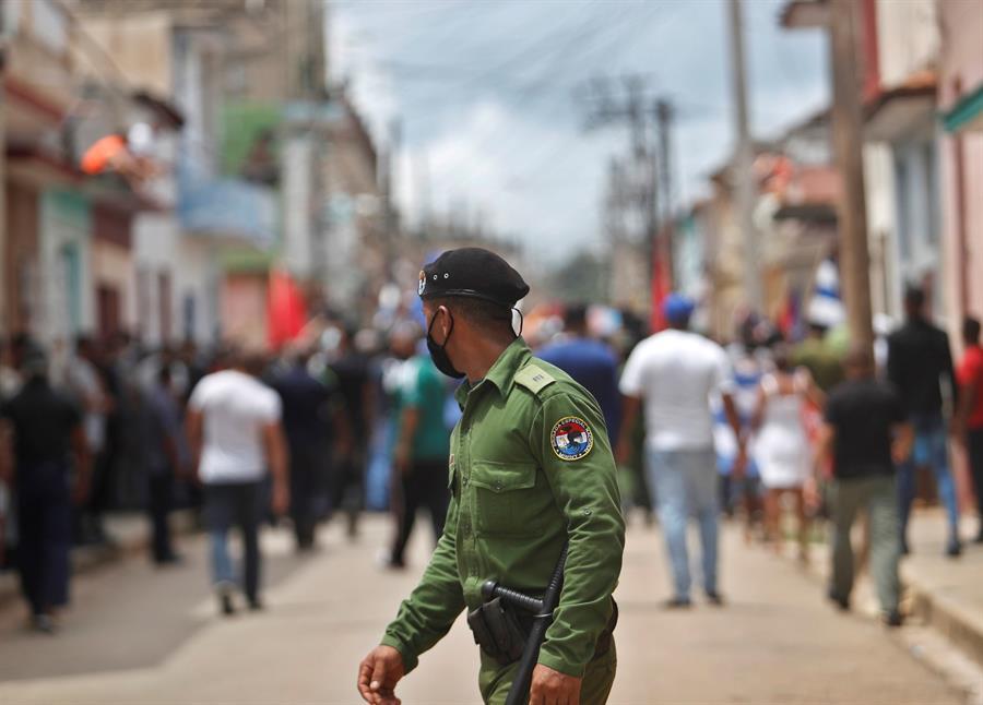 Un integrante de las brigadas especiales observa a personas tras la protesta contra el Gobierno de Cuba hoy, por una calle del pueblo San Antonio de los Baños (Cuba).