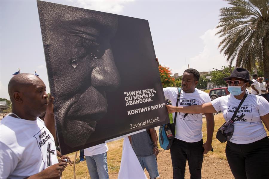 Personas rinden homenaje al presidente Jovenel Moise, en Puerto Príncipe (Haití).