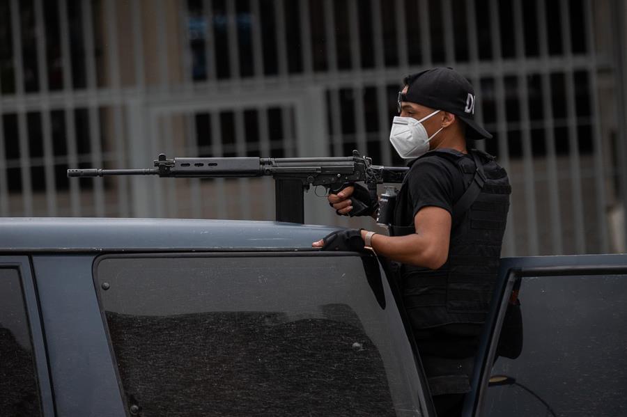 Un policía de las Fuerzas de Acciones Especiales (FAES) de la Policía Nacional Bolivariana viaja en una patrulla para entrar al barrio Cota 90, en Caracas (Venezuela), donde desde el miércoles pasado se desataron fuertes tiroteos.