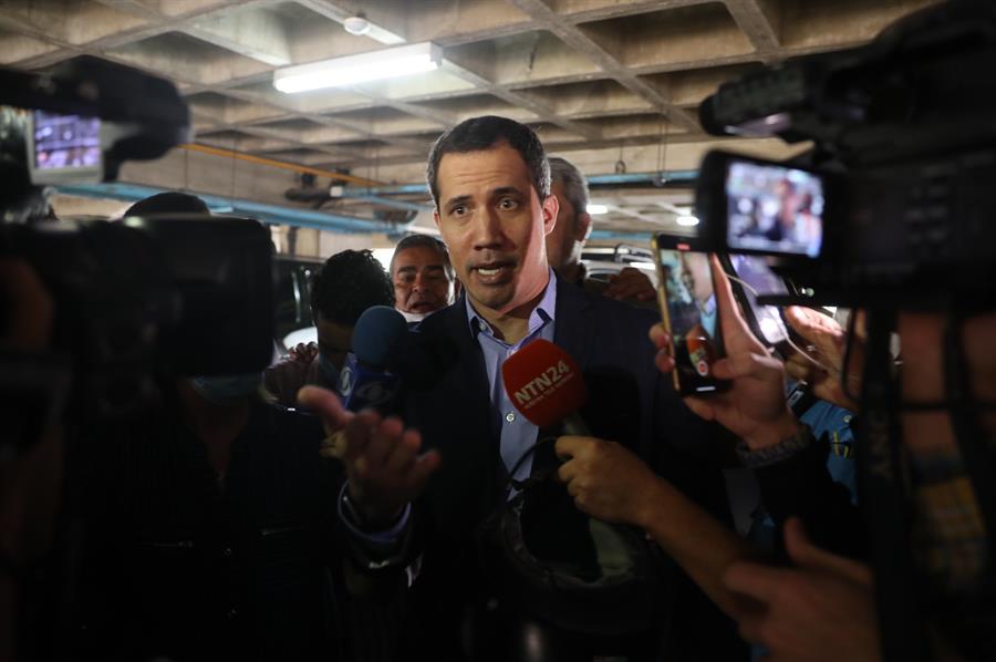 El líder opositor venezolano Juan Guaidó ofrece hoy una rueda de prensa tras el incidente con agentes del régimen, en Caracas (Venezuela). Funcionarios del grupo élite (FAES) de la Policía Nacional Bolivariana (PNB) de Venezuela ingresaron este lunes a la residencia de Fabiana Rosales, esposa del líder opositor Juan Guaidó, con el objetivo de arrestar al político. No obstante, finalmente no se llevaron a Guaidó, quien ofreció declaraciones a medios internacionales tras el suceso.