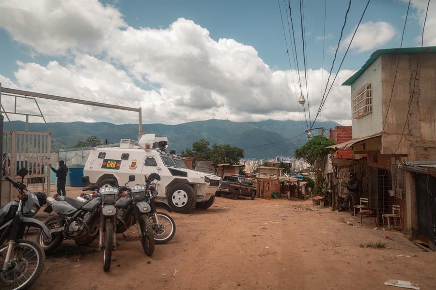 Vehículos de los organismos de seguridad hacen guardia en el barrio Cota 905, el 12 de 2021, en Caracas (Venezuela).