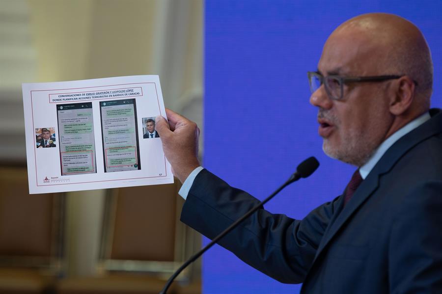 El presidente de la Asamblea Nacional de Venezuela, Jorge Rodríguez, muestra presunta evidencia contra los líderes opositores Emilio Graterón y Leopoldo López, durante una rueda de prensa en el Palacio Federal Legislativo, en Caracas (Venezuela).