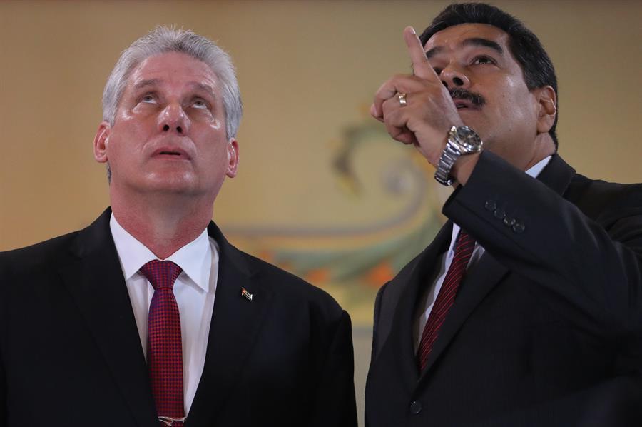 Fotografía de archivo fechada el 30 de mayo de 2018, que muestra al presidente de Cuba, Miguel Díaz-Canel (i), mientras habla con su homólogo venezolano, Nicolás Maduro (d).