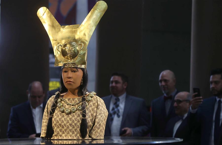 Fotografía tomada en julio de 2017 en la que se registró una escultura de la Señora de Cao, expuesta en el Museo de la Nación de Lima (Perú).