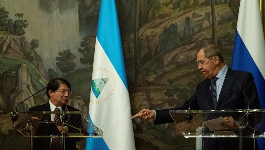 El ministro de Asuntos Exteriores de Rusia, Serguéi Lavrov, (d) y su homólogo nicaragüense, Denis Moncada (i). durante su encuentro este lunes en Msoscú.