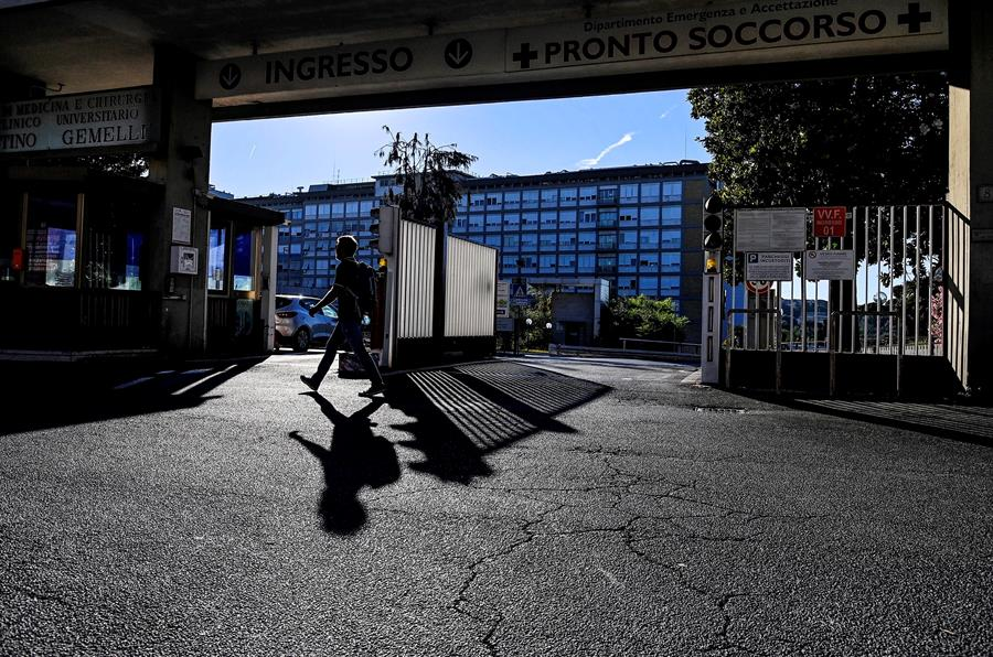 Entrada del Policlínico Gemelli de Roma, en el que el papa ha pasado su primera noche, tras ser intervenido por un problema de colon.