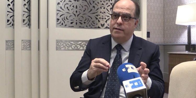 En la imagen un registro del líder opositor venezolano Julio Borges, quien dice haber conversado con varios Gobiernos, especialmente el de Canadá, para pedir que en sus planes de donación de vacunas contra la covid-19 incluyan a los migrantes de su país.