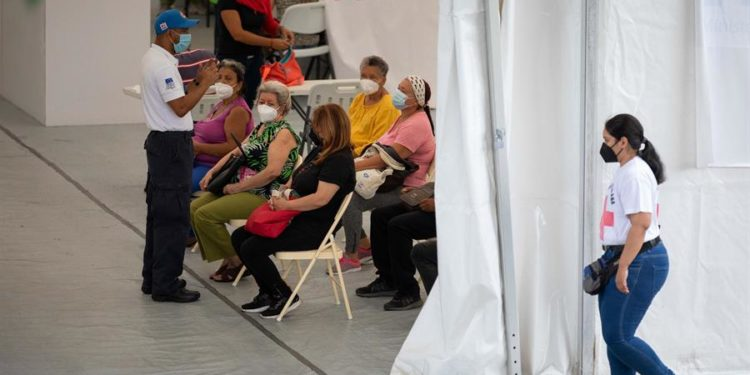 Personas en un centro de vacunación, el 30 de julio, en Caracas. A la lentitud de la vacunación contra la covid-19 en Venezuela, se sumó la escasez de la Sputnik V, el fármaco por el que el Gobierno acordó con Rusia el envío de diez millones de unidades y del que solo se recibieron, de forma pública, 1.430.000. La vacuna parece hoy un fantasma, mientras un número indeterminado de ciudadanos esperan, sin certezas, la segunda dosis. Rayner Peña / EFE.