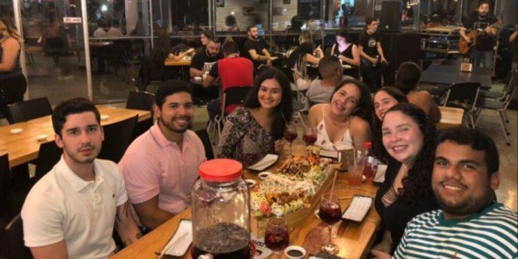 Hillary Sánchez, de 22 años (la cuarta, de izquierda a derecha), suele buscar en redes sociales ofertas para poder salir a comer y compartir con sus amigos a pesar de la crisis económica de su país. Foto: Cortesía Hillary Sánchez /voa